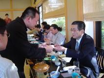 開運(かいうん)土井酒造場の土井社長と名刺交換