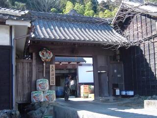 開運(かいうん)土井酒造場さんの門